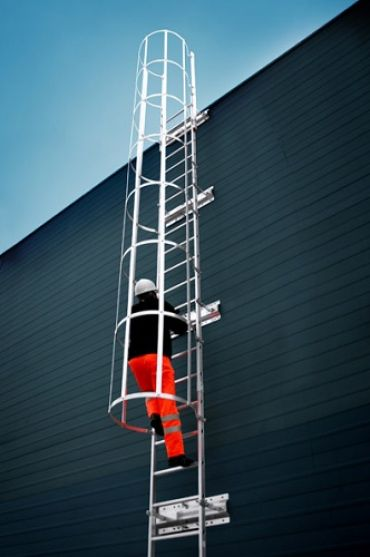 Drabina z koszem montowana na stałe do obiektów budowlanych oraz maszyn i urządzeń C54xxx